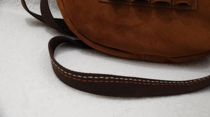 Bolsa de piel serraje con bandolera ajustable